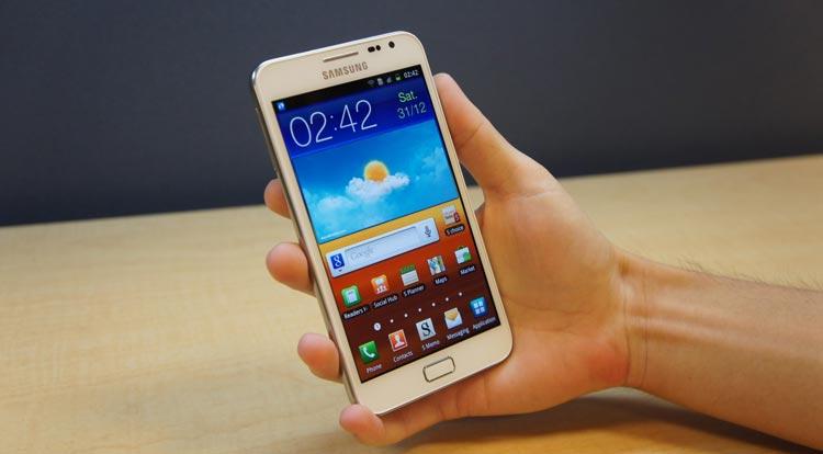 Galaxy Note GT-N7000 - Hand hält Weiß Galaxy Note GT-N7000 - Droidenansichten