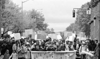 Photo d'une foule dense - Une marche vue du devant. Banderole: Pour un milieu urbain plus sain