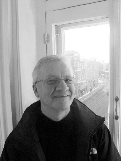 Jean-Yves Roy dans les bureaux de Droit de parole.