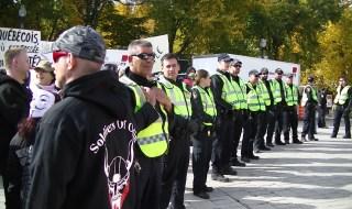 Une ligne du SPVQ côte à côte avec les Soldiers of Odin. Photo: Lynda Forgues