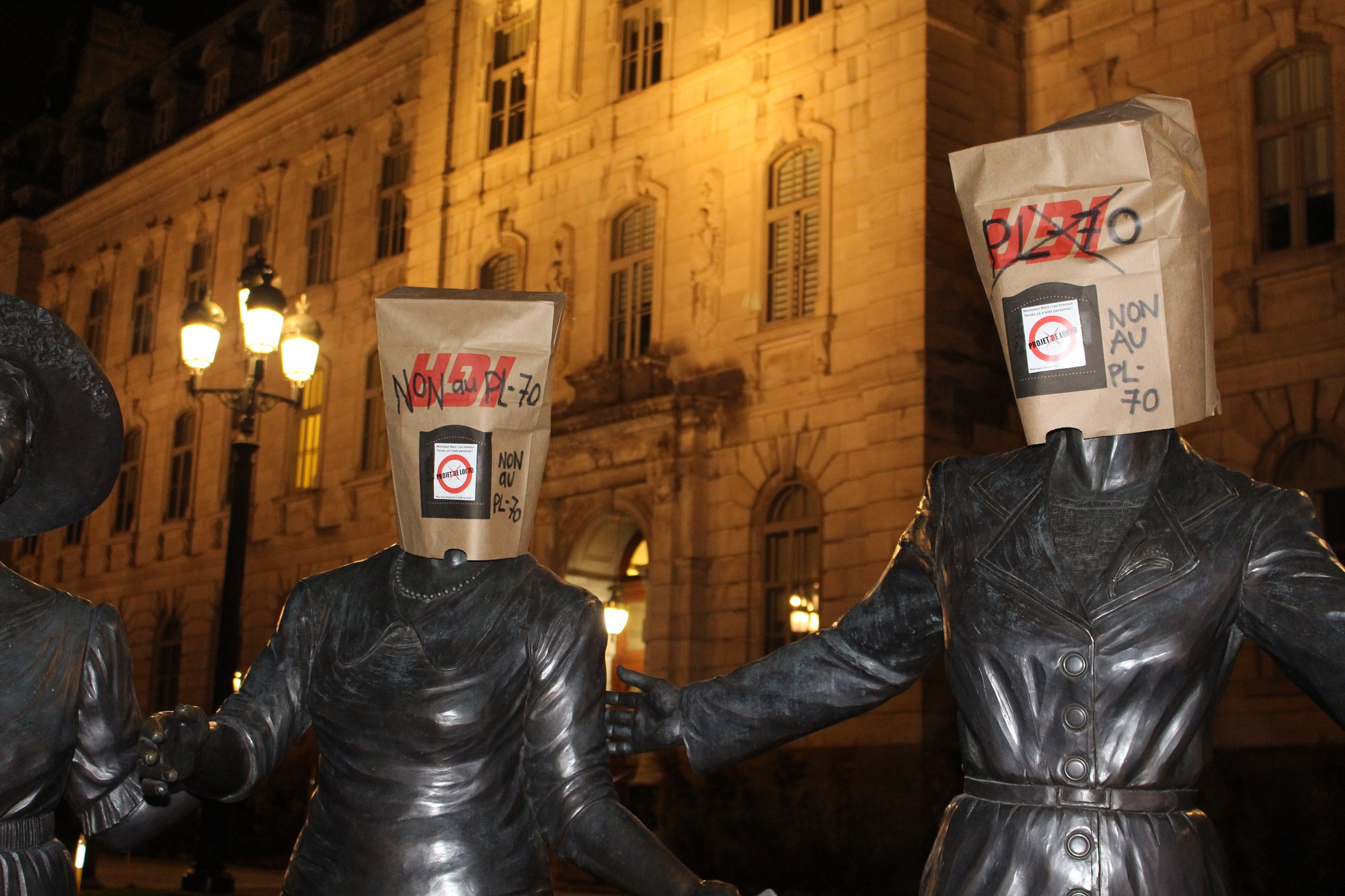 les statues autour du parlement ont été coiffées de sacs de la honte au lendemain de l'adoption par le gouvernement de l'odieux projet de loi 70 sur l'aide sociale.