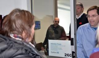 Une vingtaine de personnes ont visité le bureau du député de Jean-Talon PHOTO: Réal Michaul