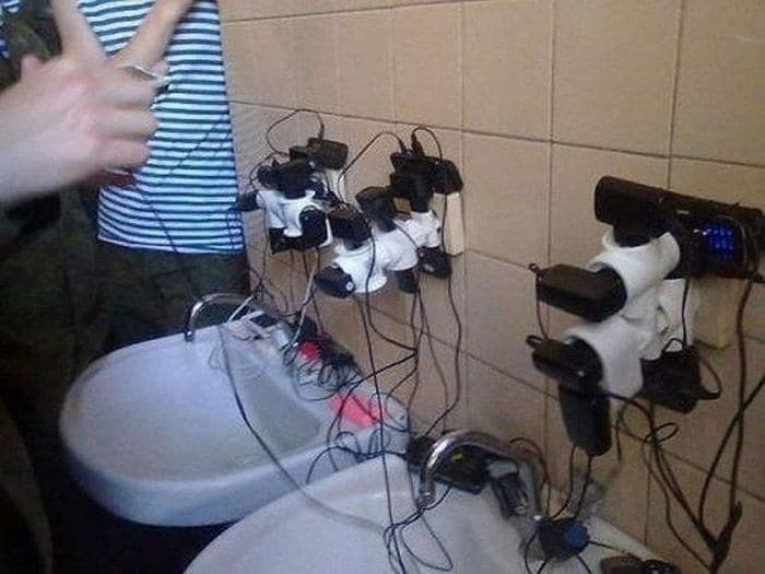 13 Ridiculous Pics of Smartphone Charging in the Army Will Make You LOL -05