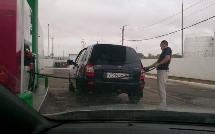 31 Awkward Gas Station Moments That Are Odd And Shocking-04