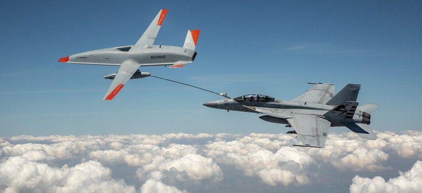 Drone rifornisce in volo un jet militare: è la prima volta al mondo