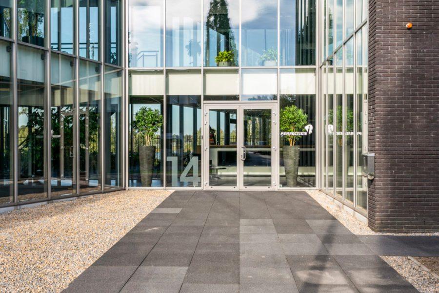 Voordeur is in het midden van het pand gesitueerd kantoor in Tilburg bedrijventerrein T58 Droogdokkeneiland