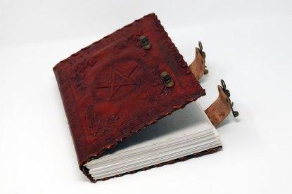 Das Buch der Schatten leder