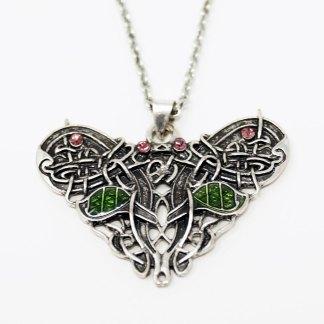 Keltischer Schmetterling Halskette auf weißem Hintergrund