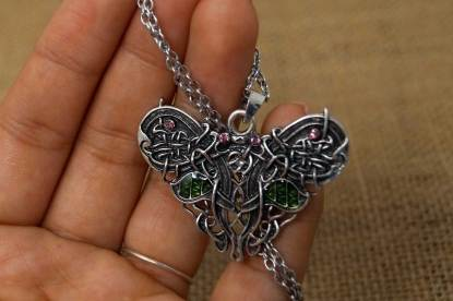 Keltischer Schmetterling Halskette in der Hand