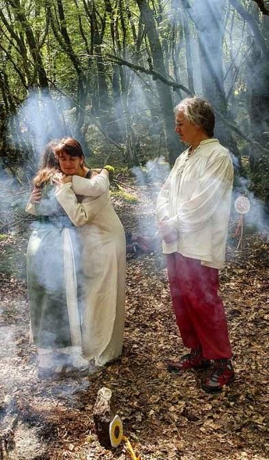 Un couple, une ovate près du feu des célébrations druidiques de Dagdia.