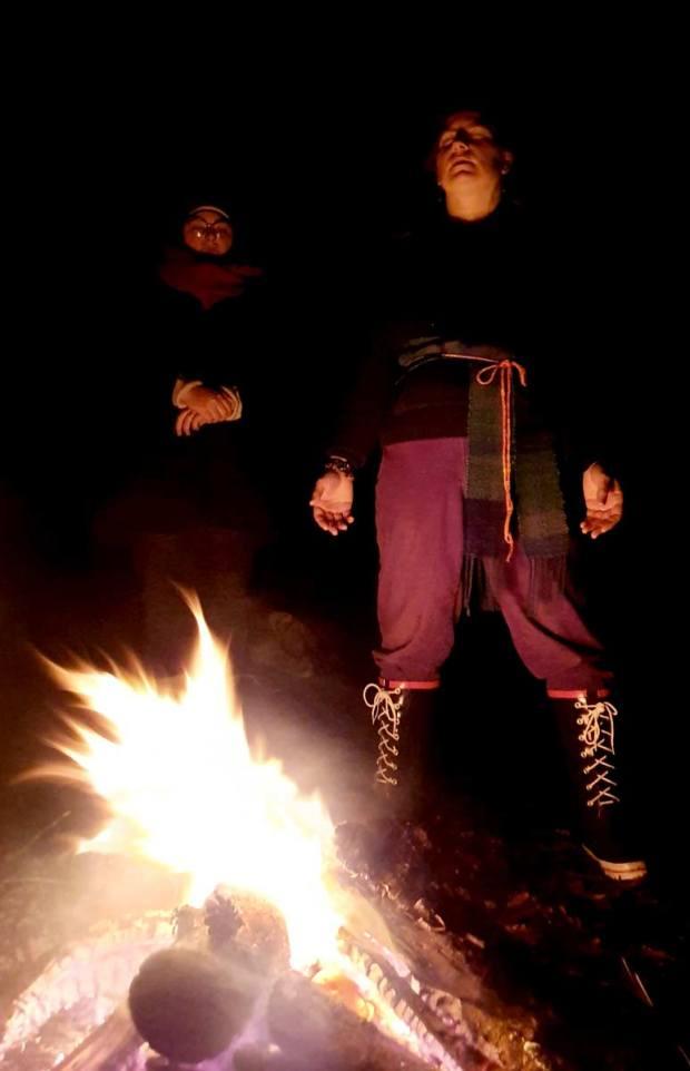 Un beau feu du Solstice d'Hiver avec l'ovate en charge de la cérémonie et une druidisante
