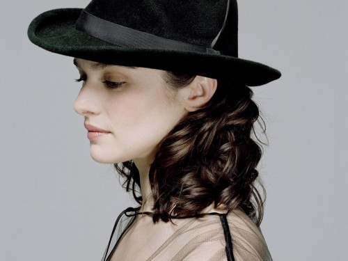 Rachel Weisz in an awesome hat 500x375 Rachel Weisz in an awesome hat