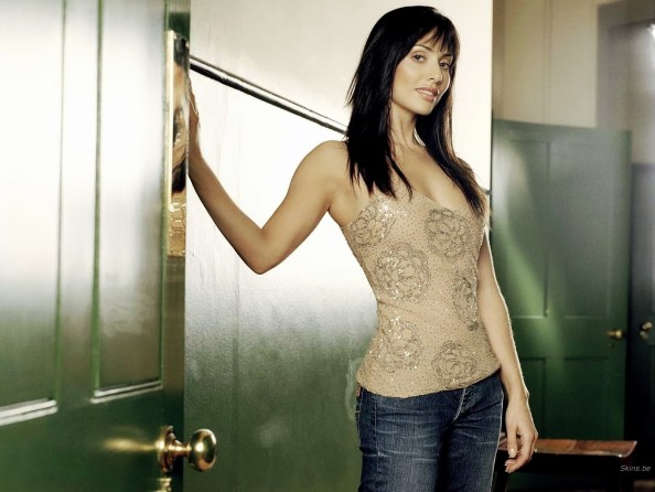Natalie Imbruglia in a door 1024x768 Natalie Imbruglia in a door