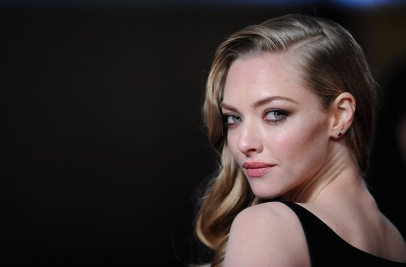 Amanda Seyfried looking over her sholder 1024x674 Amanda Seyfried looking over her sholder