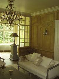 drewniane-przeszklenie-do-oranz%cc%87erii-oraz-boazeria-w-stylu-francuskim