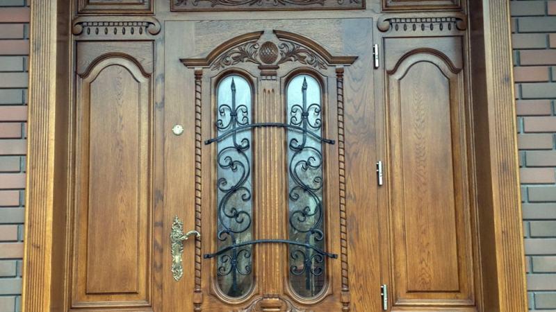 Drzwi wejsciowe debowe z ozdobna nakladka