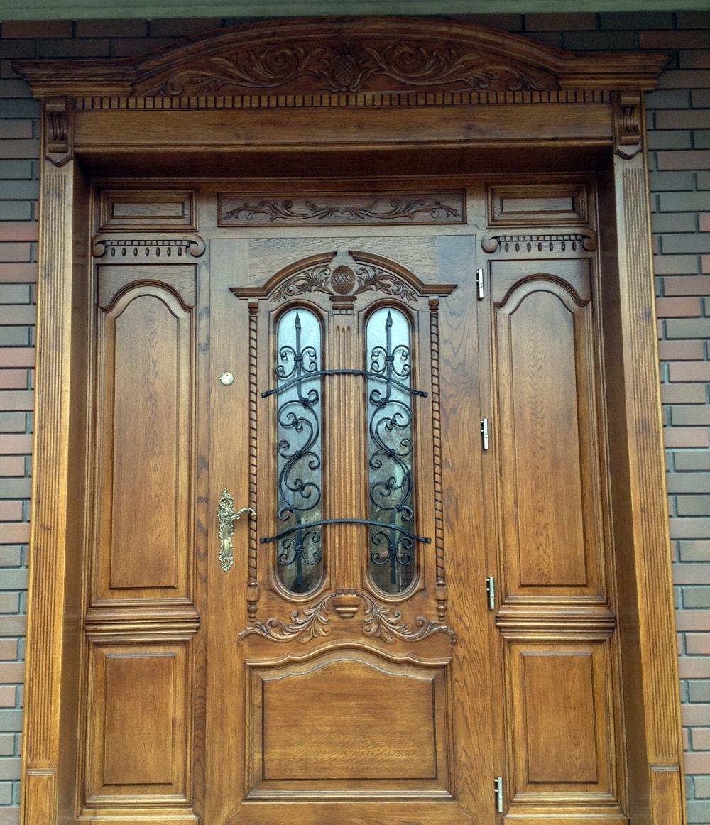 drzwi-zewne%cc%a8trzne-drewniane-de%cc%a8bowe-z-ozdobna%cc%a8-nakladka%cc%a8-na-sciane%cc%a8-min