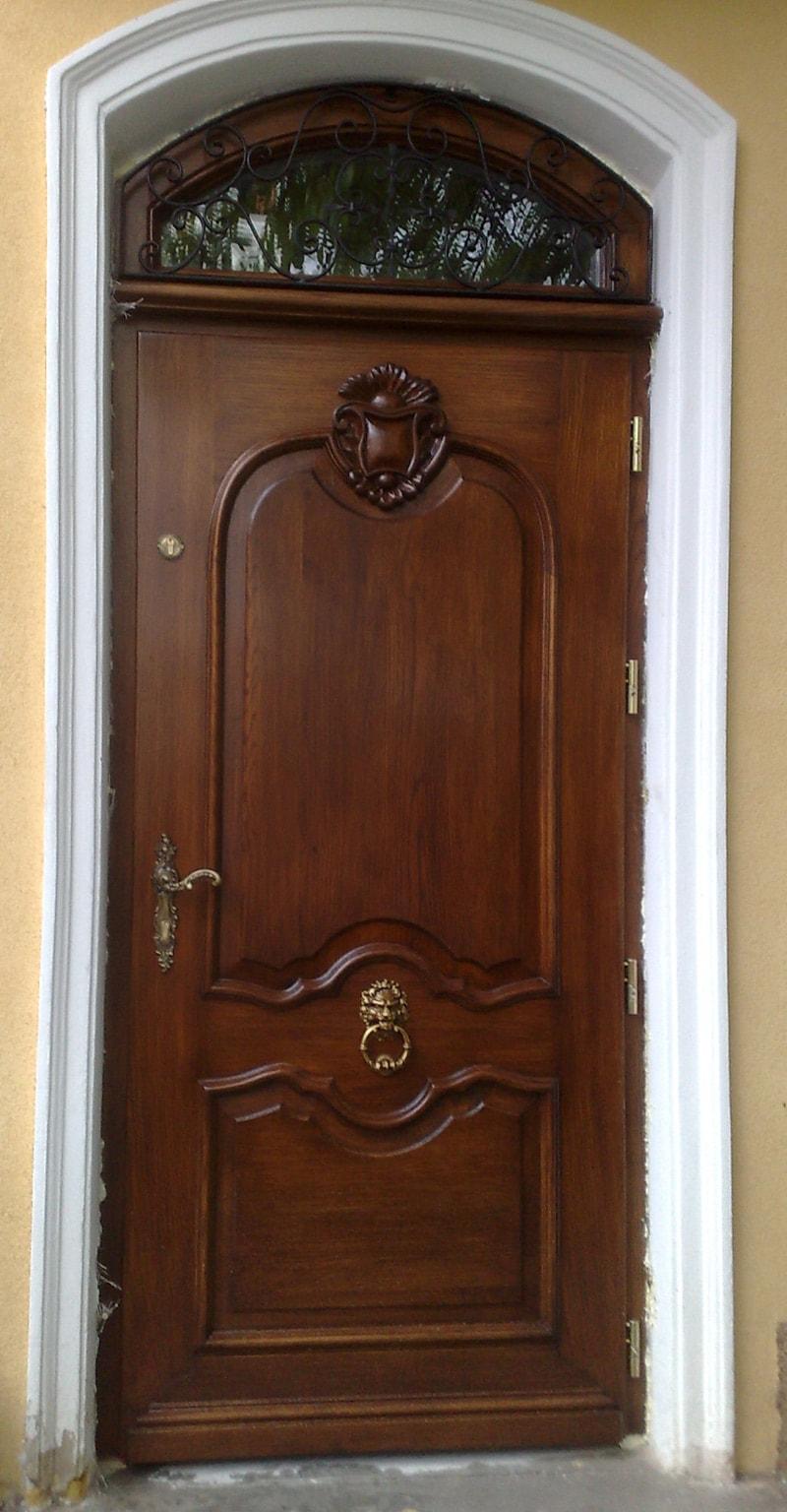 drzwi-zewne%cc%a8trzne-drewniane-z-naswietlem-gornym-min