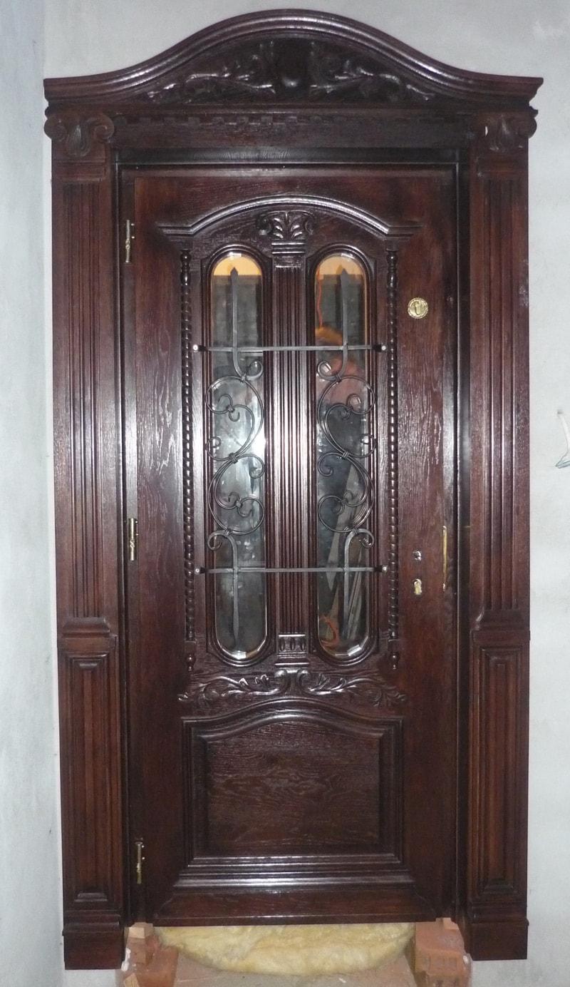 drzwi-zewne%cc%a8trzne-drewniane-z-ozdobna-nakladka%cc%a8-w-kolorze-palisander-min