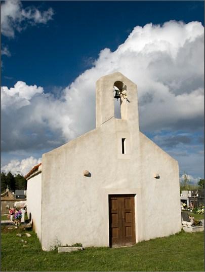 crkvica na groblju