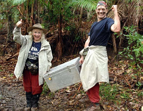 Eva und Froonck mit der Schatztruhe im Dschungelcamp