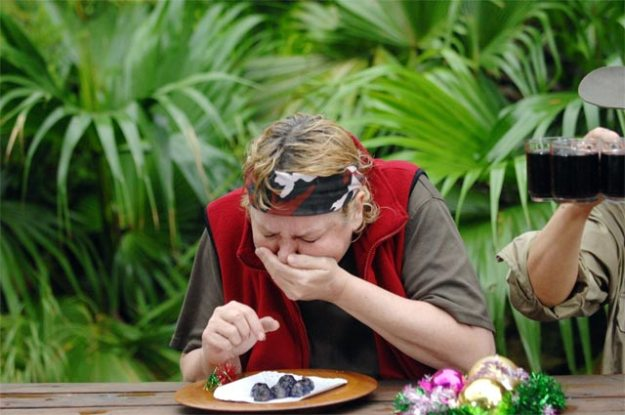 Ramonea hält die Kotze fest und würgt vor einem Millionenpublikum im Dschungelcamp