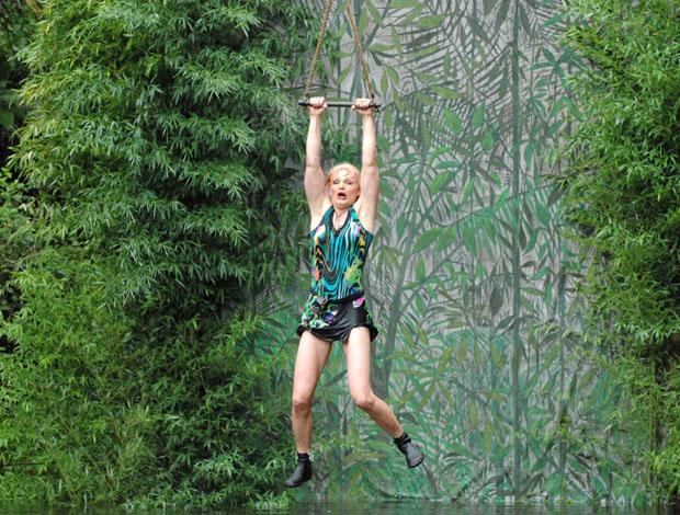 Olivia Jones wie ein nasser Sack über dem Dschungel-Teich