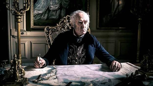 Jonathan Pryce als Sir Stuart Strange