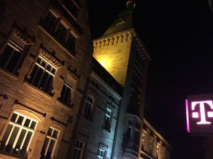 Gegenüber dem historischen Rathaus