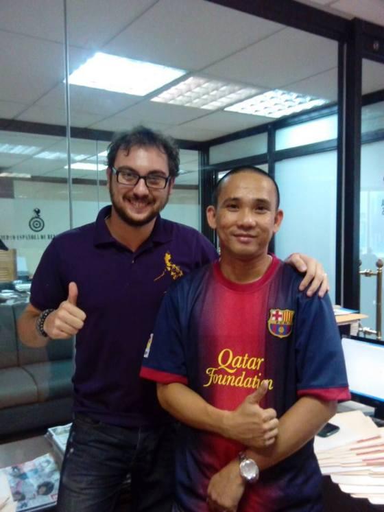 12 - Último día en la oficina (sí, yo curraba ocho horas diarias, y muy bien por cierto). Este es JM, compañero de trabajo al que le regalé una camiseta de Cesc. Como buen filipino, es buena gente a más no poder. Salamat po, boss!