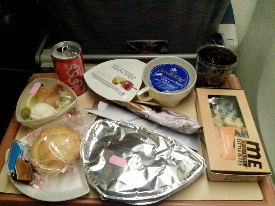 3 - Era la primera vez que viajaba en un avión tan grande, y me sorprendió tanto el trato como las cantidades ingentes de comida que te daban. Lógico por otra parte, ya que, escalas incluídas, era más de un día de viaje.