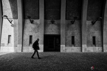 Street photo sous les arcades à Aix