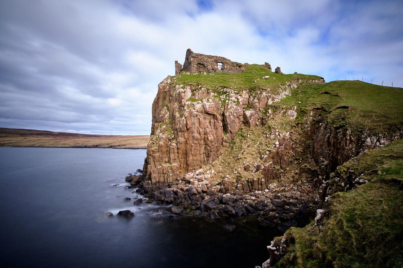 Les ruines du château de Duntulm sur île de Skye