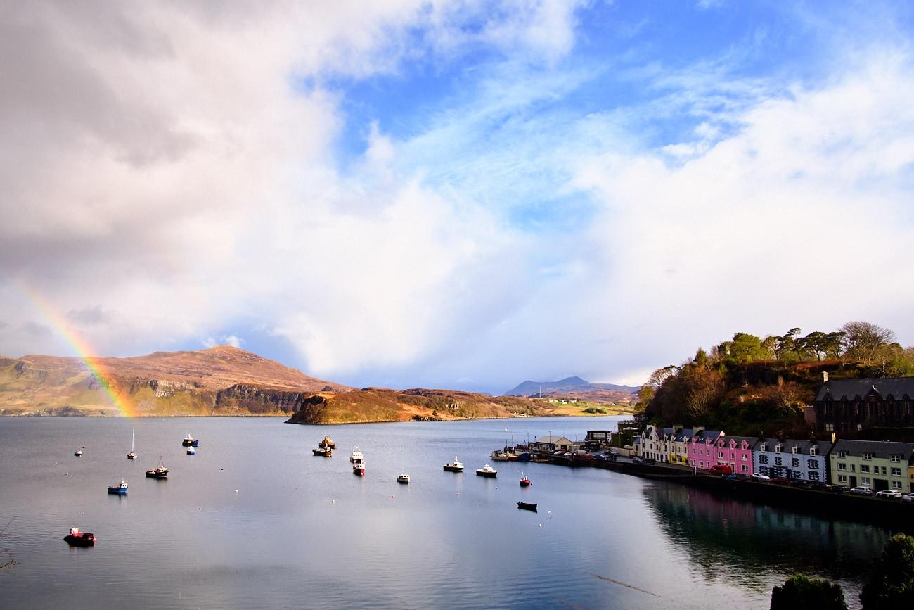 Port de Portree sur l'île de Skye sous un arc-en-ciel