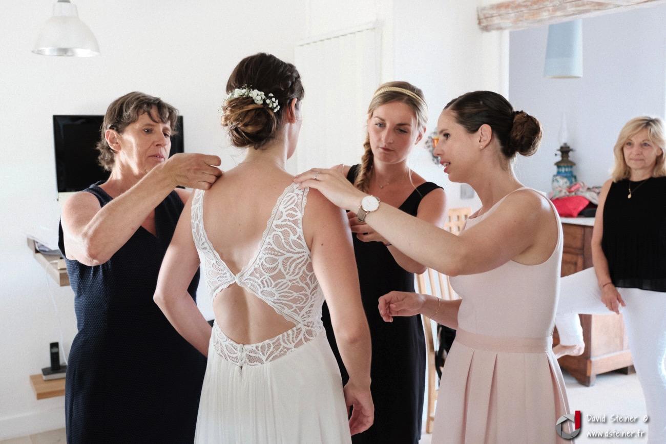 Derniers petits détails ajustés par les proches de la mariée