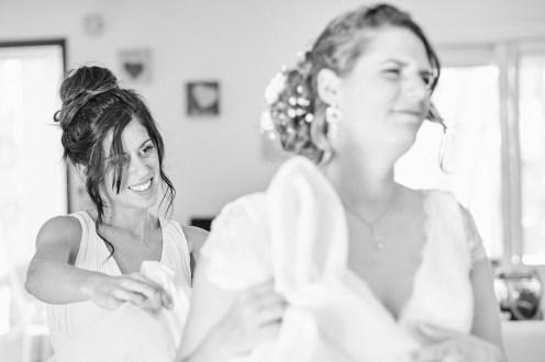 La témoin aide la mariée