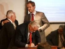 Aeroporto de Vitória da Conquista: Governos assinam contratos