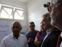 Zé Neto e Jorge Solla visitam médico cubano Isoel Gomes