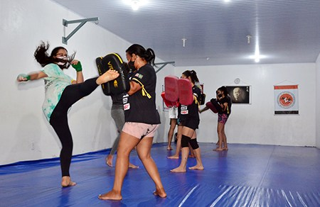 Retomadas as aulas de capoeira, judô, vôlei, futebol e muay thay gratuitas