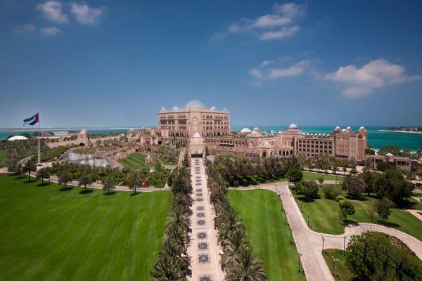 باقة إحتفالية من قصر الإمارات لقضاء اروع العطلات