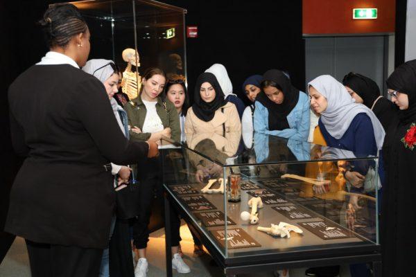 طلبة كلية الإمارات للتكنولوجيا يزورون  متحف الجسد العالمي في جامعة خليفة