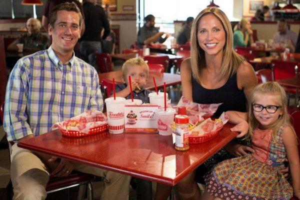يوم عائلي كل يوم ثلاثاء في فريديز فروزن كاسترد وستيك برغر في النخيل مول مع وجبة مجانية للأطفال