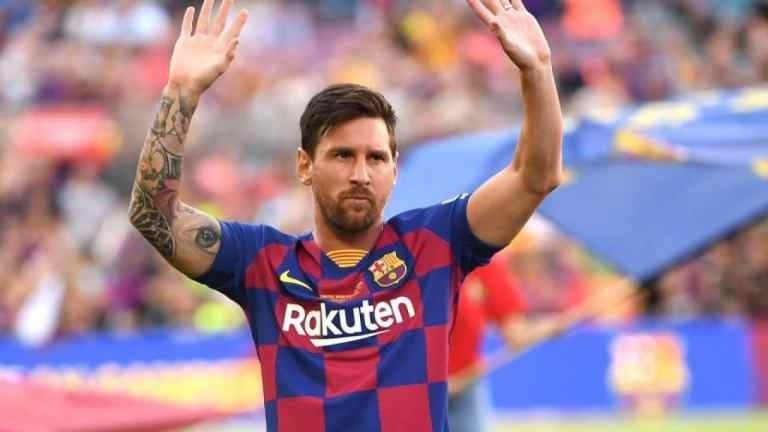 Barcelona star Messi hands in transfer request