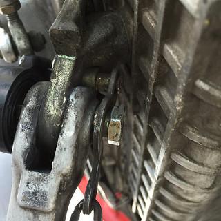 スプリングを引っ掛けるボルト