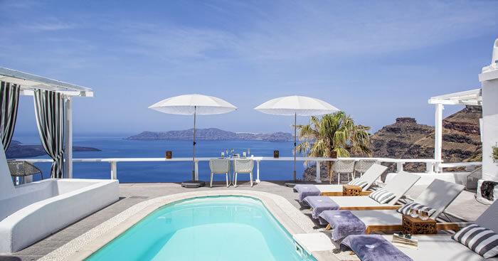 Gökyüzü ile deniz arasında köprü misali uzanan bir kayalığın üzerinde yer alan 4 yıldızlı otel, manzarasıyla konuklarını hipnotize ediyor.