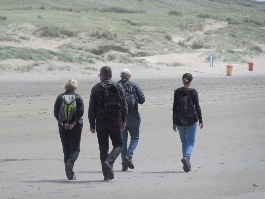 Wandelaars op het strand - Eric Wisse