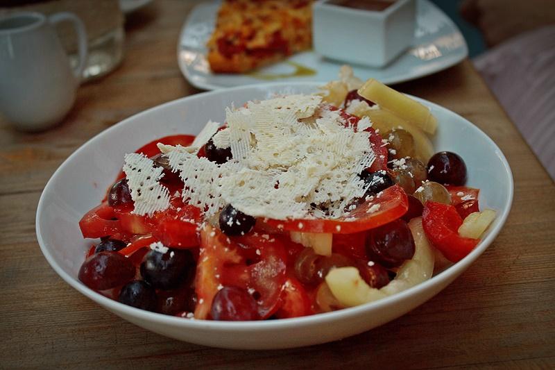 Salata de rosii cu ardei, struguri si branza