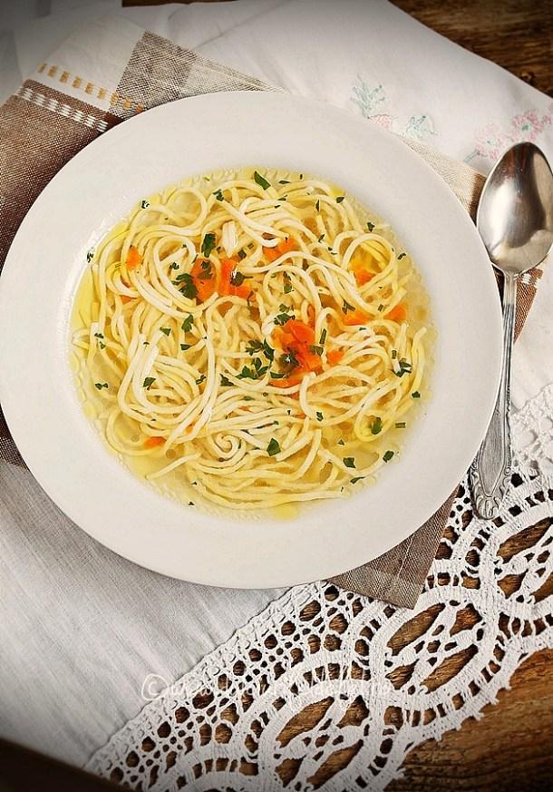 Supa de pui simpla cu taitei de casa