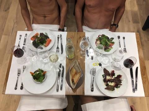 Thực khách thưởng thức ẩm thực trong trạng thái hoàn toàn khỏa thân