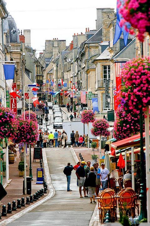 Một con phố nhỏ ở Bayeux, Pháp.